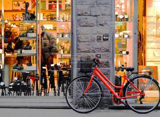 店の前に停まっている自転車の写真・画像素材[769692]