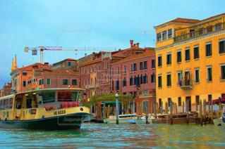 黄色のボートの建物の脇に駐車の写真・画像素材[787100]