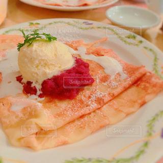 皿の上の食べ物のかけらの写真・画像素材[799718]