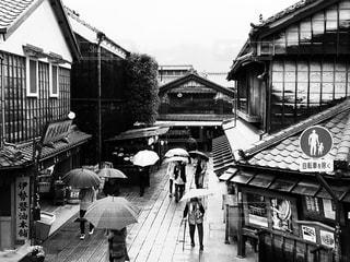 傘を持って通りを歩いて人々 のグループの写真・画像素材[817470]