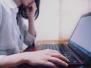 ラップトップ コンピューターを使用している女性の写真・画像素材[918314]