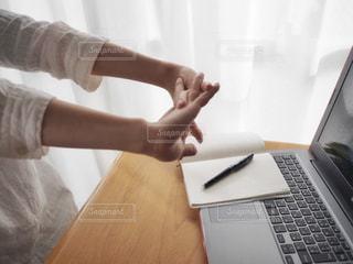 ノート パソコンを使用している人の写真・画像素材[935050]