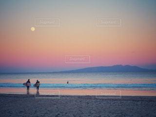サーファーと夕焼け空の写真・画像素材[938752]