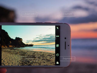スマホ越しの白浜海岸の写真・画像素材[942615]