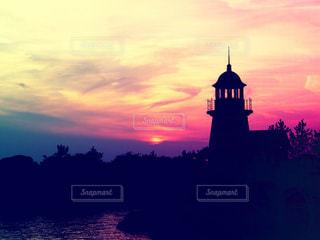 夕焼けと灯台の写真・画像素材[955421]