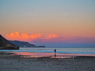 夕暮れ時のビーチとサーファーの写真・画像素材[963482]