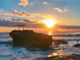 鳥居と日の出の写真・画像素材[963564]