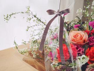 テーブルの上の花かごの写真・画像素材[1029180]