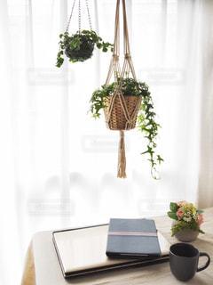 テーブルの上の花の花瓶の写真・画像素材[1033799]