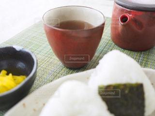 ほうじ茶とおにぎりの写真・画像素材[1050007]