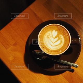 木製テーブルの上のコーヒー カップの写真・画像素材[1082393]