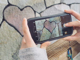 携帯電話を持つ手の写真・画像素材[1127755]