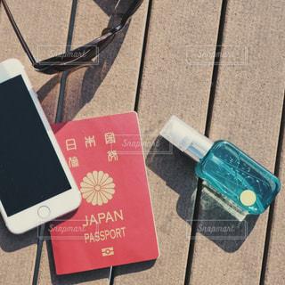 スマホとパスポートとL'air De SAVONの写真・画像素材[1151714]