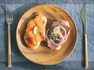 木製テーブルの上に座って食品のプレートの写真・画像素材[1197052]