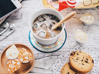 テーブルの上に食べ物のプレートの写真・画像素材[1241649]
