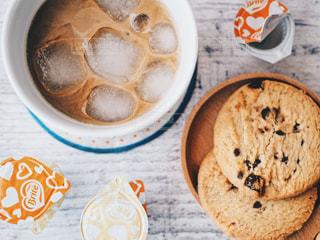 チョコチップクッキーとアイスラテの写真・画像素材[1241676]