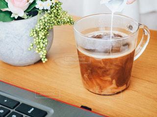テーブルの上のコーヒー カップの写真・画像素材[1241682]