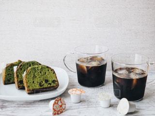 抹茶のパウンドケーキとアイスコーヒーとポーションの写真・画像素材[1252701]