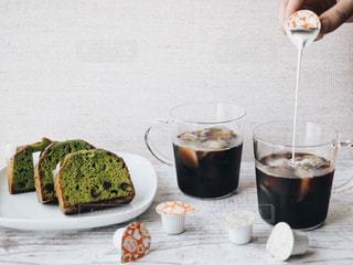抹茶のパウンドケーキとアイスラテの写真・画像素材[1252703]