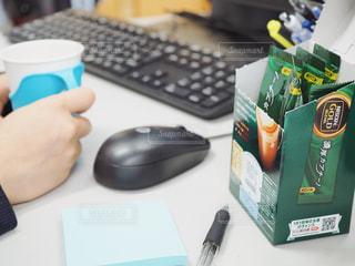 オフィスでホッとひと息の写真・画像素材[1280793]