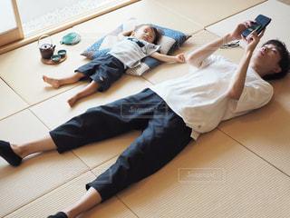 畳で寝転がる人の写真・画像素材[1319211]