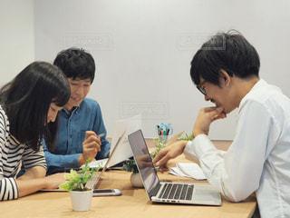 パソコンで作業をする人々の写真・画像素材[1574845]
