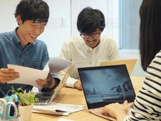 オフィスで作業をする人々の写真・画像素材[1574858]