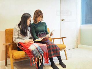 椅子に座っている女性の写真・画像素材[1652592]