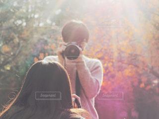 お互いのカメラで撮り合いっこしてるひとコマの写真・画像素材[1828838]