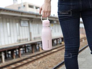 女性,駅,電車,線路,ホーム,お出かけ,タケヤフラスク,タケヤフラスクトラベラー,キャリーハンドル