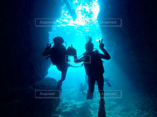 暗闇の中で泳ぐ男の写真・画像素材[778143]