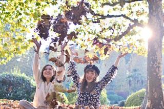 人と木の前に立っている女性の写真・画像素材[849677]