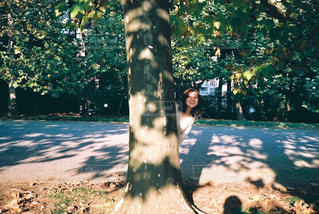 木の隣に立っている男の写真・画像素材[856508]