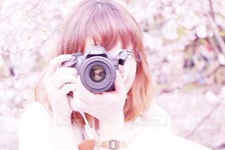 口の中までカメラを持っている人の写真・画像素材[858506]