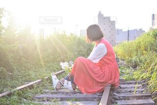 ベンチに座っている男の写真・画像素材[894316]
