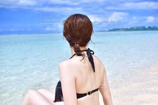 水の体の横に立っている女性の写真・画像素材[897056]