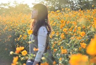黄色の花の人の写真・画像素材[913403]