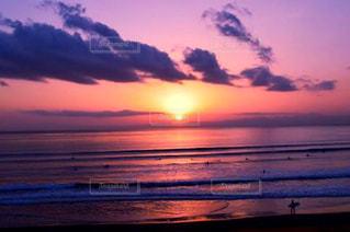 水の体に沈む夕日の写真・画像素材[957024]