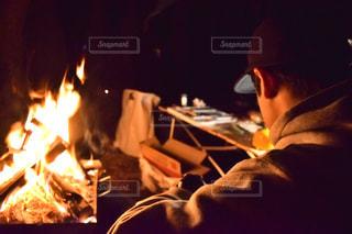 火災前のテーブルに座っている男の写真・画像素材[985307]