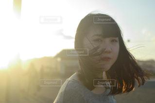 カメラを探している女性の写真・画像素材[1016601]