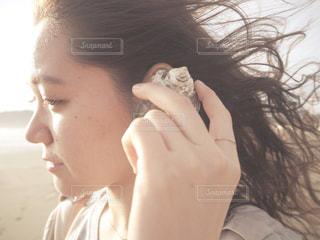 携帯電話で通話中の女性の写真・画像素材[1036064]