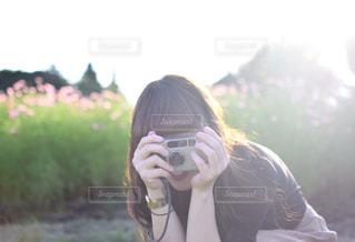 携帯電話を保持している女性の写真・画像素材[1036066]