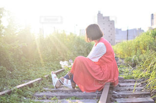 ベンチに座っている男の写真・画像素材[1036071]