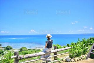水体を見下ろすベンチに座る人の写真・画像素材[1106273]