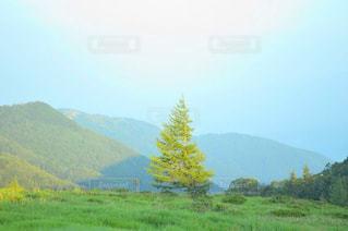 背景の大きな山の写真・画像素材[1222778]