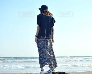 ビーチに立っている人の写真・画像素材[1222784]
