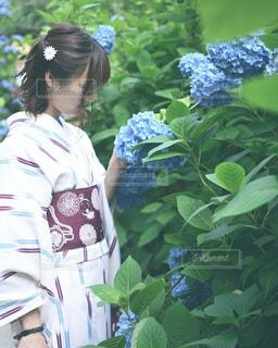 庭に立っている人の写真・画像素材[1415648]