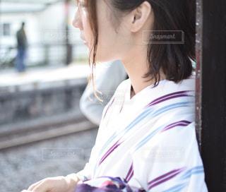 白いシャツを着ている人の写真・画像素材[1415653]