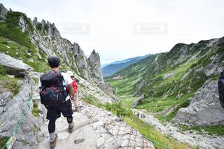 岩が多い丘の上の人々 のグループの写真・画像素材[1415655]