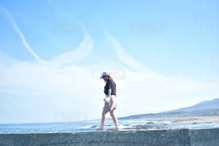 ビーチに立っている人の写真・画像素材[1440934]